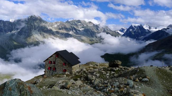 Koča Aiguille Rouge nad dolino Arole v Švici Majhno a prijazno zavetišče v manj obljudenem delu švicarskih gora.