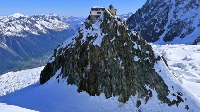 Koča Grend Mulets (3065 m) v pogorju Mont Blanca je očitno varna pred plazovi.