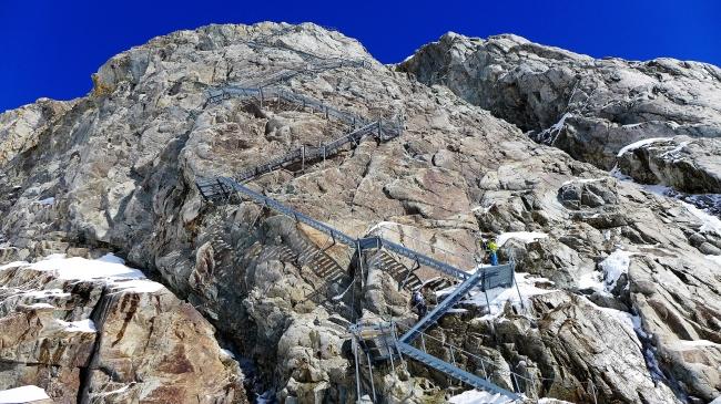 Najvišje stopnišče v Alpah premore kar 450 stopnic in vodi iz ledenika Aletsch do koče Konkordia (2750 m)